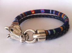 Beau bracelet en cuir tressé avec impression ethnique sur cordon coton tissu. Disponible dans les tons de rouges, verts, bleu marines, marrons et violet avec fermoir tête de cheval en zamak plaqué argent.   -------------------------------------------------VERY IMPORTANT------------------------------------------------- Vous devez indiquer la taille de votre poignet sans ajouter de lespace supplémentaire. Sil vous plaît mesurer votre poignet comme indiqué dans limage. Je vais ajouter lespace…