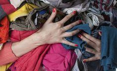 As manchas de gordura podem se tornar difíceis de remover completamente, especialmente quando começam a impregnar nos tecidos. Seja para consertar acidentes com óleos de cozinha ou mesmo com alimentos que caem na roupa (e deixam resquícios de gordura), existem algumas técnicas f&aac