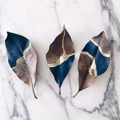 These are painted leaves, but could you make ceramics? - Hazal Soyer - # a… - Salt dough recipes - These are painted leaves but could you make ceramics? Hazal Soyer These are painted leaves but - Keramik Design, Creation Deco, Painted Leaves, Painting On Leaves, Hand Painted, Nature Crafts, Art Nature, Art Plastique, Ceramic Art