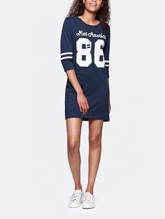 College Sweat Dress in Dunkelblau von Miss America mit Artwork Print. Das Kleid hat einen Rundhalsausschnitt, 3/4-Ärmel und kontrastfarbene Details auf den Ärmeln. Hot Item für einen College Look