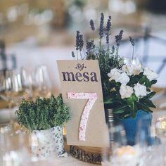 ¡Idea, idea!  Números de mesa DIY como los que hicimos para esta #cuentiboda: Cartulina kraft, sellos de estampar para las letras y un número forrado en tela. Voilá, ¡ya lo tienes! ✔️ #labodaderuthyjavi #cuentibodas #bodasdecuento // Foto de @jimenaroquero // www.bodasdecuento.com