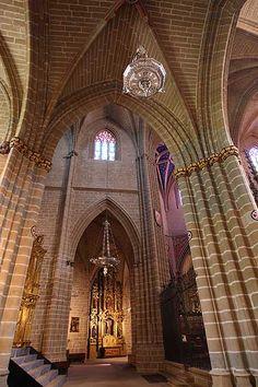 Catedral de Pamplona, Espana: La Catedral de Santa María la Real es la catedral católica de la archidiócesis de Pamplona, España. Este templo gótico del siglo 15 reemplazó al románico viejo  .