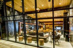 Projetada pelo designer sênior da Starbucks, David Daniels, a principal loja localizada no centro da Disney em Orlando, Flórida, foi recentemente inaugurada apresenta uma decoração rústica de encher os olhos. 4ED. inspira. revista.