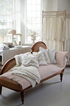 roldam:  (via Avskavt och vitt som i vintage och lantlig shabby chic - Sköna hem) Lounge, Couch, Antiques, Instagram Posts, Bed, Furniture, Home Decor, Antiquities, Homemade Home Decor