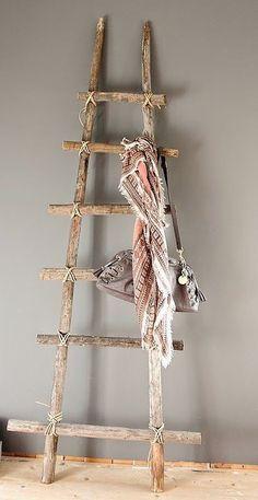 21 ideas para decorar con ramas y troncos de madera / 21 ideas for decorating with wood logs Rustic Ladder, Wood Ladder, Ladder Decor, Diy Ladder, Diy Blanket Ladder, Cheap Home Decor, Diy Home Decor, Room Decor, Scarf Display