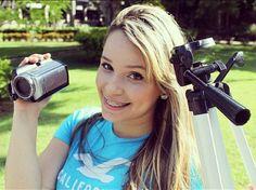 Camila Cabral do Blog Vicio Feminino.  Essa doidinha agita, zoeira.  Ela parece uma menina, mas eu adoro os vídeos dela!!! *-*  http://www.viciofeminino.com/