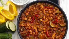 Eine volle Ladung an Vitaminen gibt es mit der Gemüse-Kichererbsen-Pfanne. Die Kichererbsen geben eine semige Konsistenz und einen mild-pikanten Geschmack.