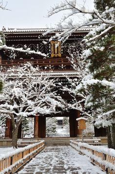 金戒光明寺 山門 Japanese Culture, Japanese Art, Japanese Architecture, Buddhist Temple, Japan Travel, Kyoto, Beautiful Places, Cabin, In This Moment