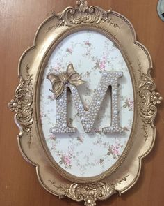 Quadro oval com aplique de letra Letter A Crafts, Frame Crafts, Craft Projects, Projects To Try, Diy And Crafts, Arts And Crafts, Little Girl Rooms, Baby Decor, Lettering Design