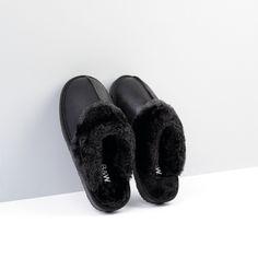 Zapatilla de Casa en color negro metalizado.