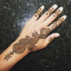 New Simple Mehndi/Henna Designs for Hands - Buzzpk Henna Hand Designs, Dulhan Mehndi Designs, Mehndi Designs Finger, Pretty Henna Designs, Henna Tattoo Designs Simple, Full Hand Mehndi Designs, Mehndi Designs Book, Mehndi Designs For Beginners, Mehndi Simple