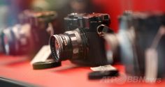 ドイツ・ウェッツラー(Wetzlar)にある高級カメラメーカー、ライカ(Leica)の新本社ビルで撮影された、創業100周年記念オークションに出品された同社製のカメラ(2014年5月22日撮影)。(c)AFP/DANIEL ROLAND ▼25May2014AFP|100周年迎えたライカ、新本社ビルをお披露目 http://www.afpbb.com/articles/-/3015784 #Wetzlar #Leica