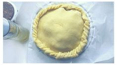 Una torta salata, la panada sarda, tipica di Assemini, ripiena di anguille, carne o vegetali. Vediamo passo passo come preparala.
