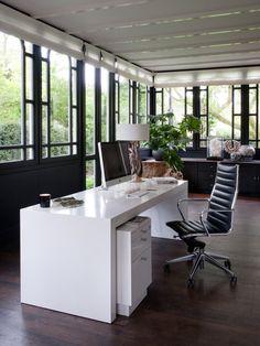 Salón moderno con zona para trabajar
