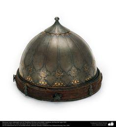 Hermoso casco adornado con los Nombres Divinos convertido a tambora; de Irán del siglo XIX | Galería de Arte Islámico y Fotografía