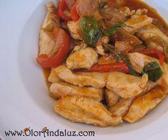 Pollo en salsa aderezado con un toque de albahaca. ¡Para chuparse los dedos!