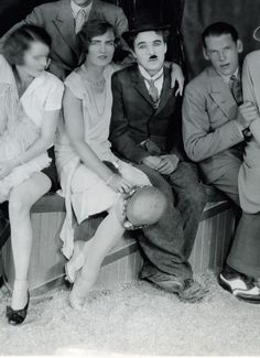 """chaplin-images-videos: """"Charlie Chaplin parait particulièrement triste sur cette photo - Le cirque """" Charlie poses with guests to set of """"The Circus"""" circa Charlie Chaplin, The Kid 1921, Chaplin Film, Charles Spencer Chaplin, Louise Brooks, Hooray For Hollywood, Woody Allen, Street Dance, Silent Film"""