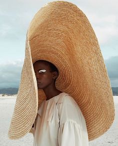 Since its first appearance was made in the Paris show, Simon Porte Jacquemus summer hat has made fashion history. Beach Pink, Summer Beach, Summer Time, Spring Summer, Photographie Portrait Inspiration, Ethno Style, Jacquemus, Vogue, Looks Street Style