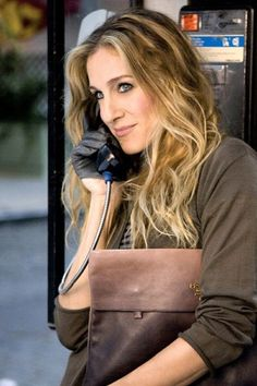 Carrie on a pay phone lol the good ol days! Carrie #sex and the city #telephone #fashion
