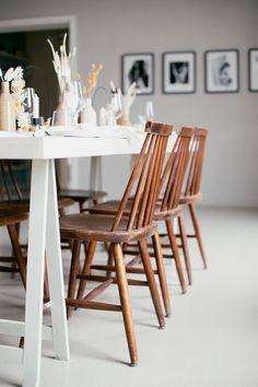 Wunderschöne Holzstühle bei einer Skandi Chic Taufe! #Taufe #TheLittleWeddingCorner #JuliaWalterFotografie #SkandiChic #Holzstühle #Familienfeier