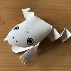 トイレットペーパーの芯を材料にカエルのおもちゃを作ります。動画で作り方を見る。用意する物トイレットペーパーの芯、油性マジック、ハサミ。トイレットペーパーの芯のカエルの作り方初めにカエルの下半身を作ります。...