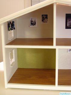 Blev så sugen på att fixa till mitt gamla dockskåp när jag såg Cia40 fina dockskåp. Och så här blev mitt resultat. Ska köpa möbler med.. Före bild. Före bild. Efter  Tavlan är mini av den som vi har i vårt tv rum samma som swedese trädet och de svarta panel gardinerna. Målade om taktet svart. Ha ...
