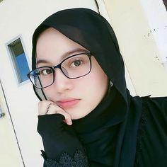 Muslim Fashion, Hijab Fashion, Pretty Girls, Cute Girls, Girl M, Girl Hijab, Beautiful Hijab, Womens Glasses, Niqab