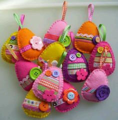 look at these darling felt Easter eggs! @ paper-and-string. look at these darling felt Easter egg Easter Projects, Easter Crafts, Crafts For Kids, Easter Ideas, Hoppy Easter, Easter Eggs, Spring Crafts, Holiday Crafts, Easter Tree Decorations