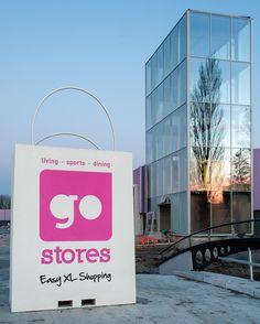 De glazen toren en de shopping bag van GoStores Gouda in levensgroot formaat