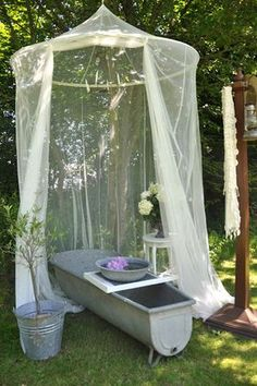 Outdoor Metal Tub With A Mosquito Net - Arredamento estivo Outdoor Bathtub, Outdoor Bathrooms, Canopy Outdoor, Outdoor Rooms, Outdoor Gardens, Outdoor Living, Outdoor Decor, Tin Bathtub, Outdoor Ideas