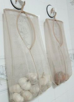 Sacolas vazadas de lavar roupa são uma ótima maneira de armazenar produtos que precisam ser ventilados. | 51 soluções de armazenamento revolucionárias que ampliarão seus horizontes