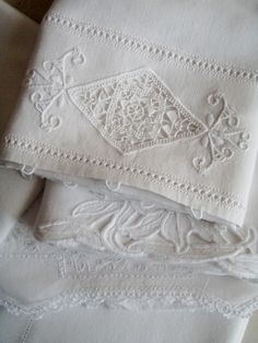 Cabin & Cottage : A Pitcher, Linens, & Cabbages & Roses. from Linens and Lace Shabby Vintage, Vintage Lace, Shabby Chic, Linen Fabric, Linen Bedding, Bed Linens, Bedding Sets, Linen Sheets, Table Linens