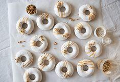 Ovnbagte donuts med hvid glace og guld - Copenhagen Cakes