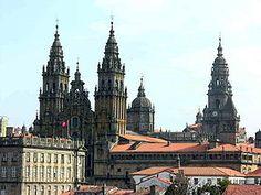 La cathédrale de Saint-Jacques-de-Compostelle  située dans le centre historique de la ville de Saint-Jacques-de-Compostelle (Galice), but d'un des plus grands pèlerinages de l'Europe médiévale,  facteur déterminant pour que la Galice et l'Espagne entre dans les cercles culturels médiévaux grâce au chemin de Saint-Jacques, route initiatique dans laquelle des personnes suivaient le sillage de la Voie lactée.Elle est consacrée à l'apôtre Jacques de Zébédée, saint patron et protecteur de…