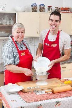 Upéct linecké tak, aby se na Štědrý den jen rozplývalo na jazyku a krásně vonělo po vanilce, není nic až tak snadného. Proto jsme si letošní úspěch chtěli v redakci pojistit a zajeli pro osvědčený recept až k Písku. Podělila se s námi o něj paní Helena Hrbková z Protivína, která tato vynikající linecká kolečka peče už léta! Cookie Recipes, Dessert Recipes, My Dessert, Holiday Cookies, Christmas Baking, Amazing Cakes, Cheesecake, Food And Drink, Yummy Food