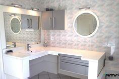 Salle de bain avec table à langer intégrée, à hauteur variable, pour permettre le transfert entre la baignoire et la table.