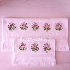 Cross stitch floral towel  İnstagram / madebyigneiplik