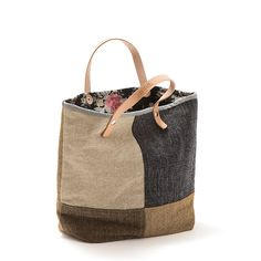 Tote bag - Mala de mão em tecido, forro interior em ganga e algodão floral. Pegas duplas em couro natural. Handmade - numerado. Medidas: 42 x 31 x 14 cm