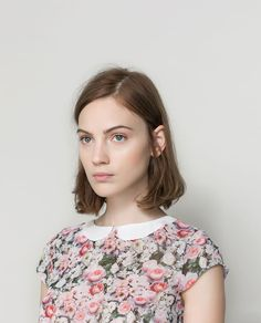 Everything is perfect. The minimalist hair, the peter pan collar. The floral patern. Ah.