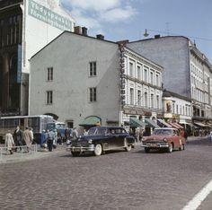 Liikennettä Pohjoisesplanadi 39 kohdalla. Taustalla Kinopalatsi, Pohjoisesplanadi 39, vuonna 1960. (Kuva Hgin kaupunginmuseo, Juha Jernvall)