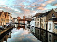 Канал и церковь Святой Анны в Брюгге. Зимой многие церкви в городе открыты для посещения с 14 до 17. Вход бесплатный. А зима в Брюгге отступила. На следующей неделе обещают около +10. Всем чудесных выходных! #брюгге #бельгия #архитектура #канал #отражение