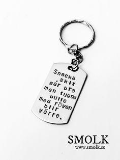 Produkten Snacka skit går bra men tugga bulle med röven blir värre. säljs av SMOLK -Handstamped jewelry with a twist i vår Tictail-butik. Tictail låter dig skapa en snygg nätbutik helt gratis - tictail.com