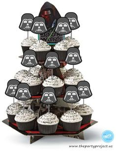 Star Wars party printables! - Darth Vader cupcake toppers are just perfect for your next Star Wars birthday or baby shower celebration! ////// Imprimibles para fiesta Star Wars - decoracion de cupcake de Darth Vader!