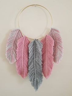 Most up-to-date Pic Macrame diy plume Thoughts Macrame Feathers Dreamcatcher Grauer Glitzer und Rose Pink Diy Crafts For Gifts, Diy Home Crafts, Yarn Crafts, Arts And Crafts, Macrame Design, Macrame Art, Macrame Projects, Art Macramé, Yarn Wall Art