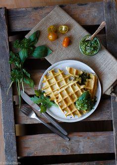 Waffeln aus Kichererbsenmehl passen toll zu veganem Pesto mit Sonnenblumenkernen und Basilikum. Ein einfaches low-carb Gericht mit vielen Ballaststoffen.
