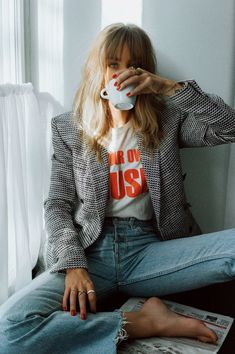 Chic fall outfit and cool girl photo inspo Chic fall . Read more The post Chic fall outfit and cool girl photo inspo appeared first on How To Be Trendy. Moda Vintage Chic, Vintage Chic Fashion, Mode Vintage, Vintage Graphic, Casual Chic Fashion, Fashion Mode, Look Fashion, Denim Fashion, Autumn Fashion