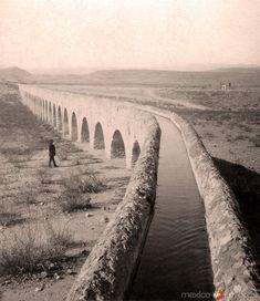 Agua corriendo en el acueducto de la ciudad de Chihuahua (ca. 1884).
