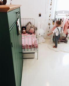 "Polubienia: 1,854, komentarze: 38 – Kasia (@songofmyhome) na Instagramie: ""Her new space ♥️ . . . #vsco #vscocam #vscogrid #vscogram #tv_living #ministylekids #polishgirl…"""