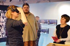 Näyttelykävijä voi virtuaalilasien kautta solahtaa Kalevala Korun tehtaalle.