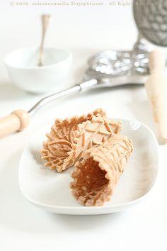 Ce l'avete voi la caccavella per fare queste cialdine qui?? ... quelle da farcire col gelato, o con la panna montata!!   ... no?? e allora ...